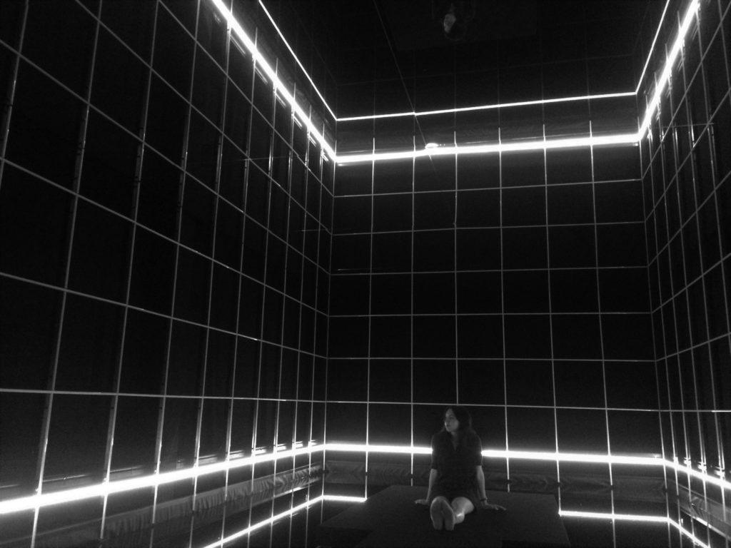 """In der Mitte der Lichtinstallation """"Light High"""" von Jacqueline Hen beim Internationalen Lichtkunstpreis im Lichtzentrum Unna"""