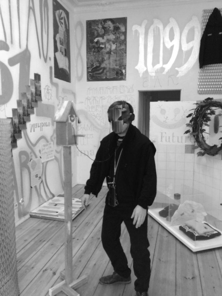Bhima Griem beim RapKreation PopUp Store in der Mimi Sabot Faster Galerie inmitten seiner Kunst